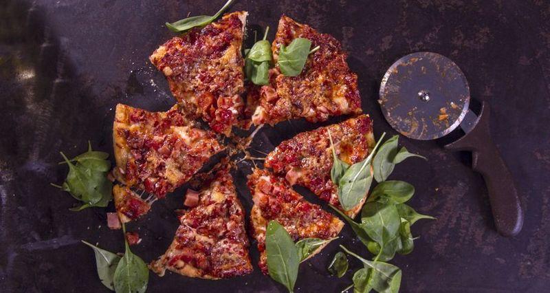 πίτσα από το σικάγο, με κρεμμύδι, σάλτσα και μοτσαρέλα