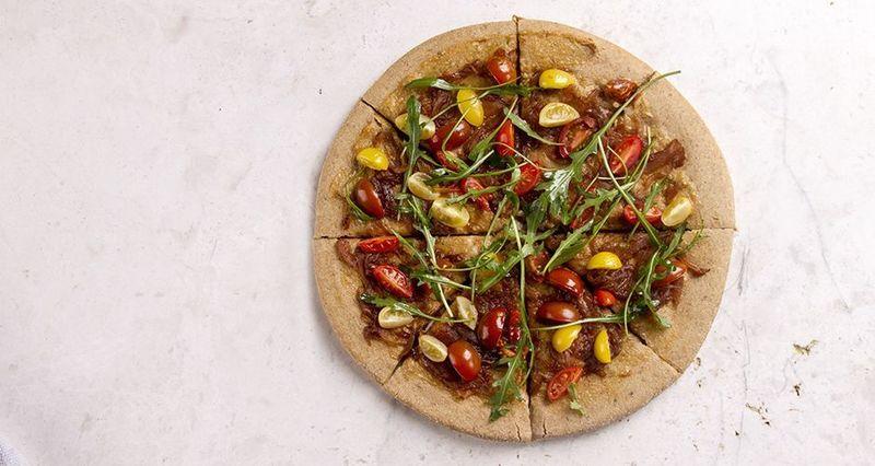 Πίτσα με καραμελωμένα κρεμμύδια, ντοματίνια και ρόκα