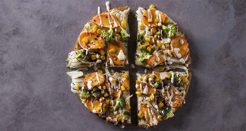 Πίτσα από κινόα με μπρόκολο, καρότο, καλαμπόκι και φοινόκιο