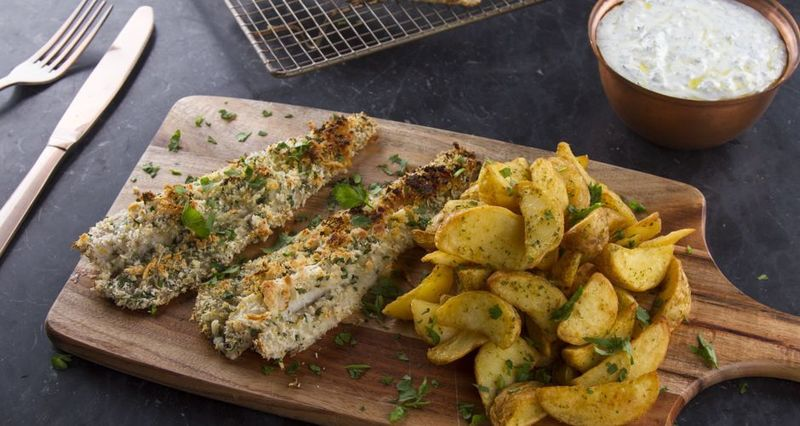 Ψάρι πανέ με πατάτες τηγανητές