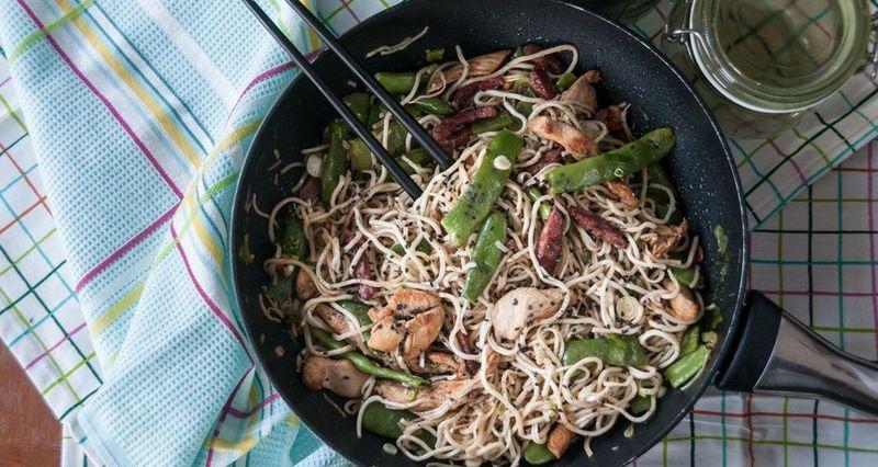 Κινέζικο κοτόπουλο με noodles και λαχανικά