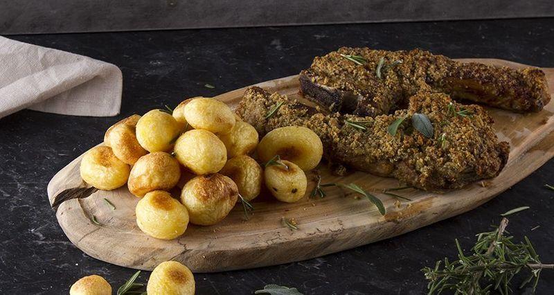 Χοιρινές μπριζόλες με κρούστα και πατάτες φούρνου