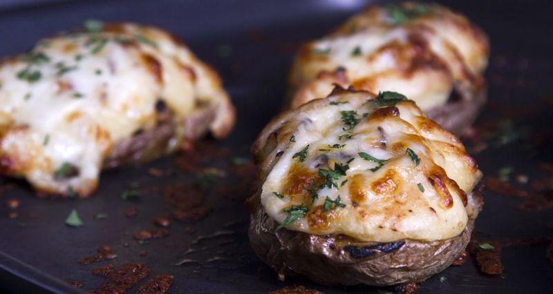 Πατάτες γεμιστές με λουκάνικα