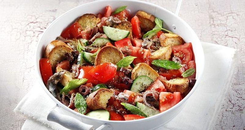 Σαλάτα με ντομάτες, αγγούρι και κρουτόν