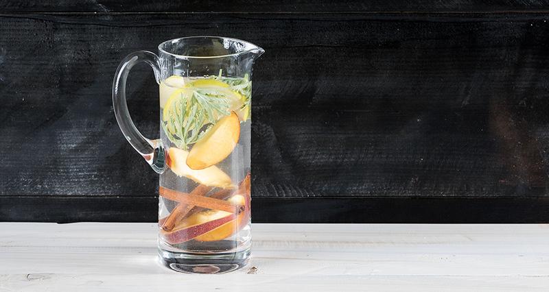 Αρωματικό νερό σε κανάτα με ροδάκινο, μήλο, κανέλα και αρμπαρόριζα