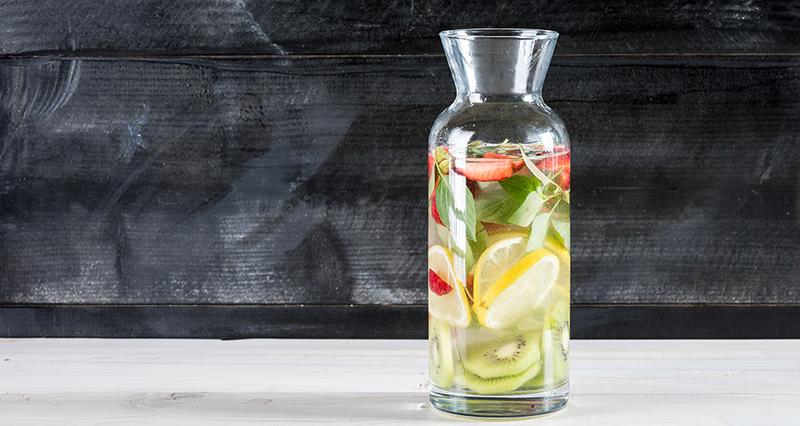 Αρωματισμένο νερό σε μπουκάλι, με δροσερά φρούτα, φράουλες και ακτινίδιο