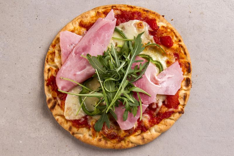 Εύκολη πίτσα με τυρί, ρόκα, ντομάτα και ζαμπόν