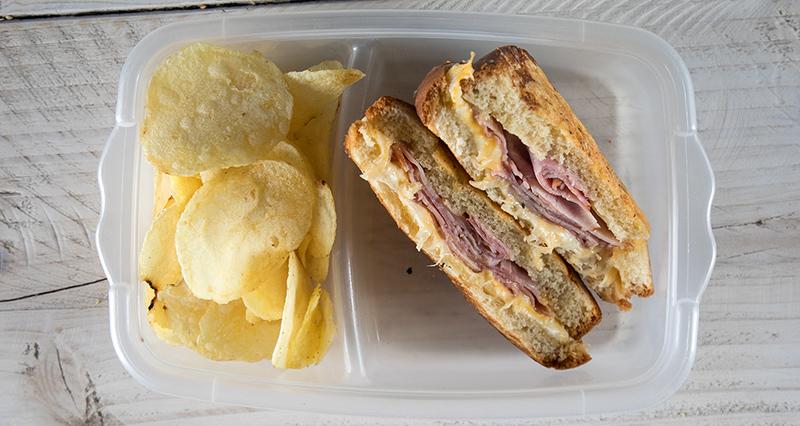 Σάντουιτς, τοστ με ζαμπόν και τυρί και πατατάκια