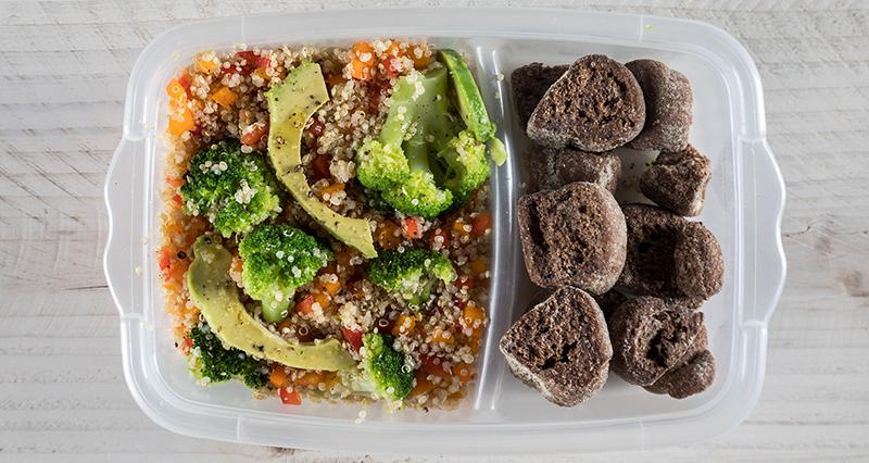 Σαλάτα με κινόα, μπρόκολο, αβοκάντο και διάφορα λαχανικά με παξιμάδια από χαρούπι