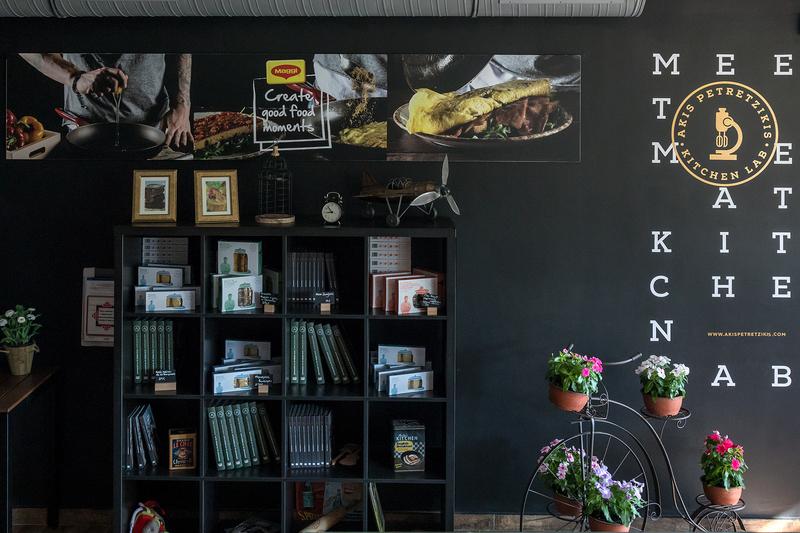 H βιβλιοθήκη του kitchen lab γεμάτη βιβλία και μπισκότα του Άκη Πετρετζίκη