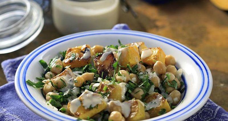 Σαλάτα ζεστή με κολοκύθα, ρεβίθια και σάλτσα από ταχίνι από τον Άκη Πετρετζίκη
