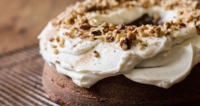 Κέικ κολοκύθας με τζίντζερ και frosting maple syrup από τον Άκη Πετρετζίκη