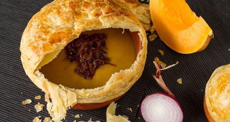 Σούπα κολοκύθας με φύλλο σφολιάτας από τον Άκη Πετρετζίκη