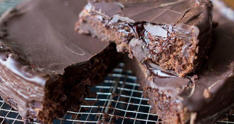 Σοκολατένιο κέικ με γλάσο κόκκινου κρασιού από τον Άκη Πετρετζίκη