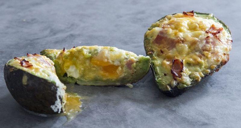 Αβοκάντο γεμιστό με γαλοπούλα και αυγά από τον Άκη Πετρετζίκη