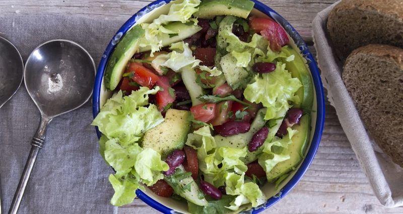 Σαλάτα με αβοκάντο και φασόλια από τον Άκη Πετρετζίκη