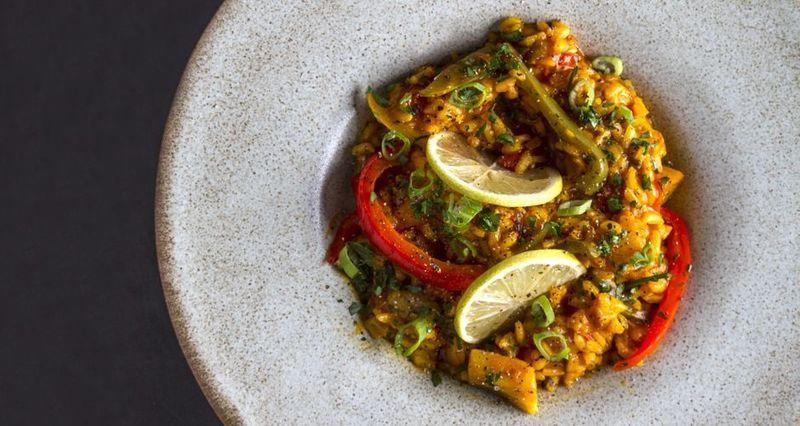 Παέγια με λαχανικά σαφράν και λεμόνι από τον Άκη Πετρετζίκη