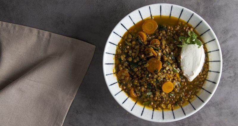 Φακές με κάρυ και λαχανικά από τον Άκη Πετρετζίκη