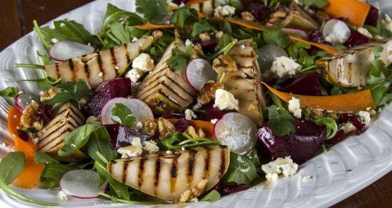 Χειμωνιάτικη σαλάτα με αχλάδια και blue cheese από τον Άκη Πετρετζίκη