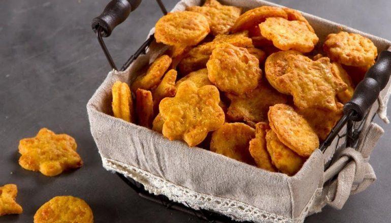 Κρακεράκια τυριού από τον Άκη Πετρετζίκη