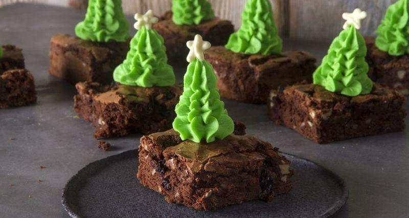 Χριστουγεννιάτικα brownies με κεράσια γλασέ από τον Άκη Πετρετζίκη