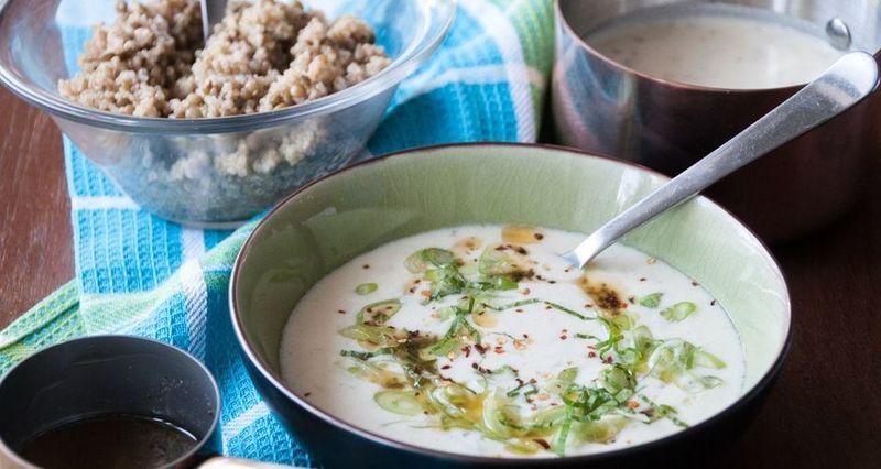 Σούπα με κινόα και φακές κρεμμύδι γιαούρτι μπούκοβο