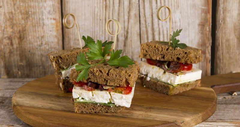 Ελληνικό σάντουιτς από τον Άκη Πετρετζίκη