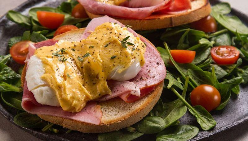 Αυγά Benedict από τον Άκη Πετρετζίκη