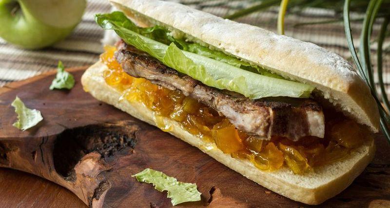 Sandwich με πανσέτα και chutney μήλου από τον Άκη Πετρετζίκη