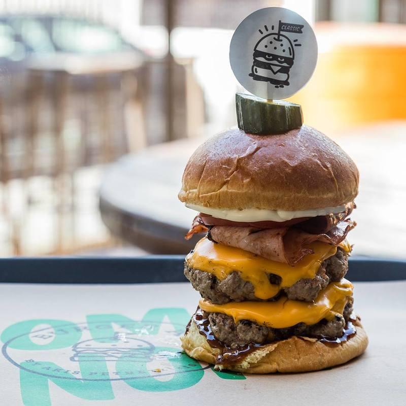 Το κλασικό burger με διπλό μοσχαρίσιο μπιφτέκι!
