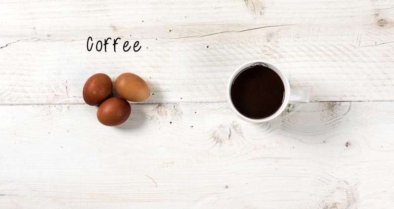 Πασχαλινά αυγά βαμμένα με καφέ από τον Άκη Πετρετζίκη