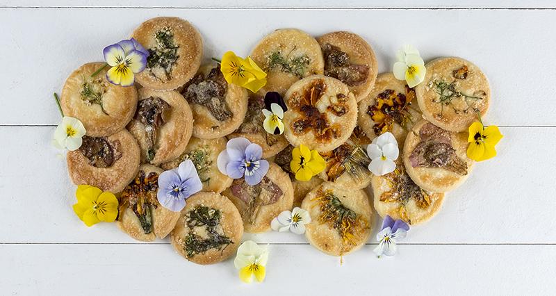 Μπισκότα με βρώσιμα λουλούδια από τον Άκη Πετρετζίκη
