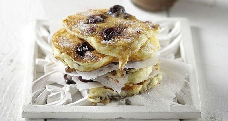 Pancakes με κεράσια από τον Άκη Πετρετζίκη