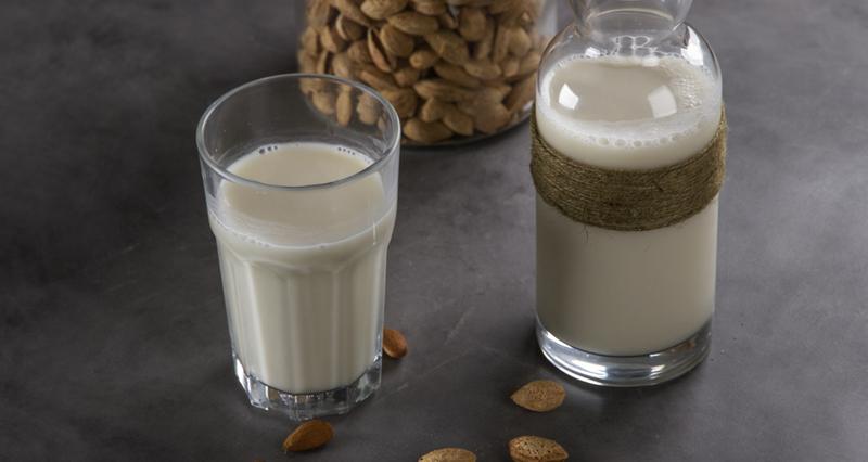Γάλα αμυγδάλου με νερό χυμό λεμόνι και μέλι