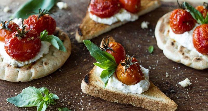 Μπρουσκέτες με ντομάτες confit και ρικότα από τον Άκη Πετρετζίκη