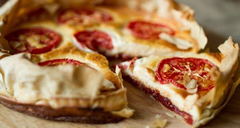 Τάρτα με τυριά και chutney ντομάτας από τον Άκη Πετρετζίκη