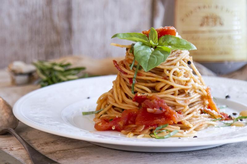 Σπαγγέτι με σάλτσα ντομάτας από τον Άκη Πετρετζίκη