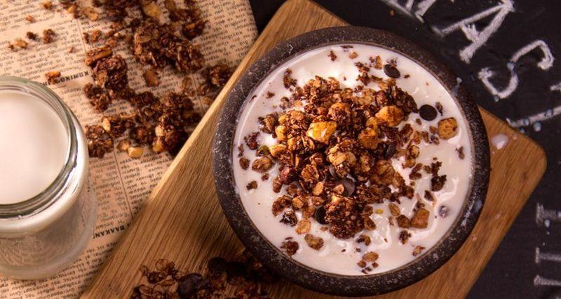 Σοκολατένια γκρανόλα με βρόμη καρύδα λιναρόσπορο και ξηρούς καρπούς