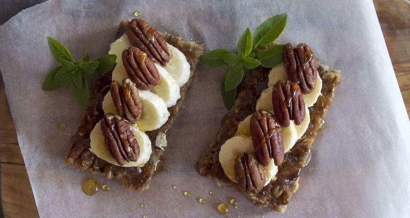 Μπάρες βρόμης με μπανάνα γάλα μέλι καρύδια και πεκάν