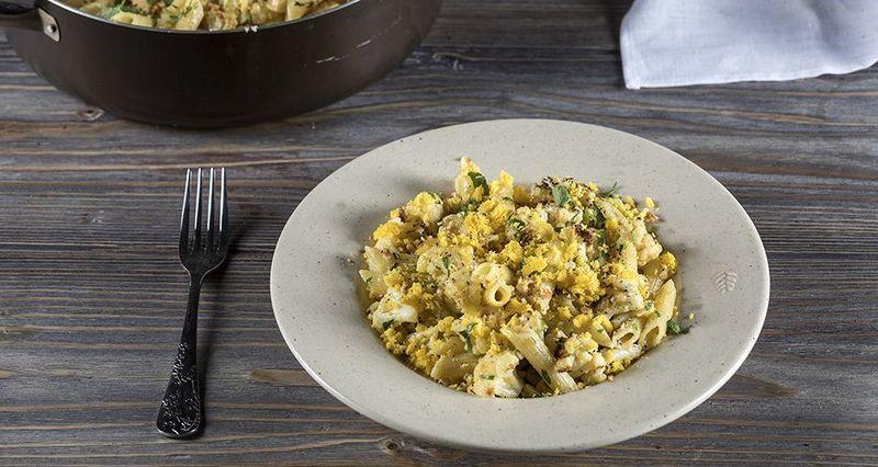 Καρμπονάρα με κουνουπίδι, αυγά, τυρί με χαμηλά λιπαρά και φουντούκια