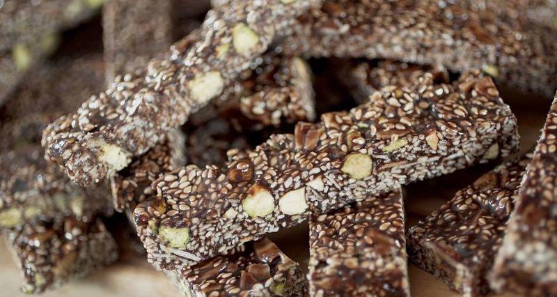 Παστέλι με σοκολάτα σουσάμι αμύγδαλο μέλι και φιστίκια Αιγίνης