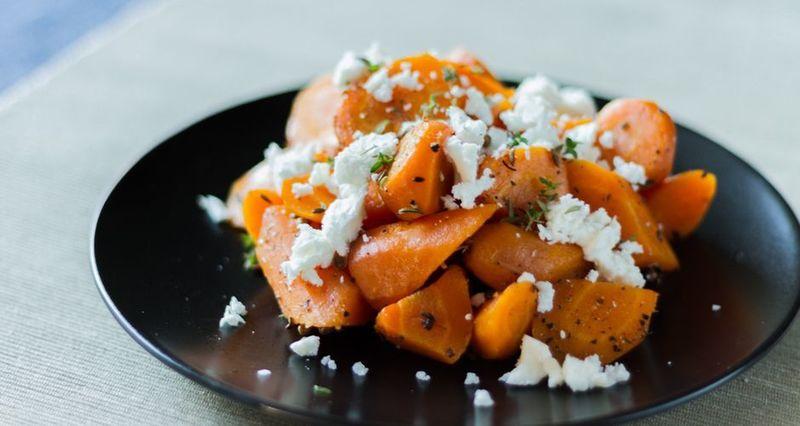 Σαλάτα με καρότο και φέτα από τον Άκη Πετρετζίκη
