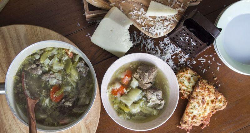 Κρεατόσουπα με κρουτόν από τον Άκη Πετρετζίκη