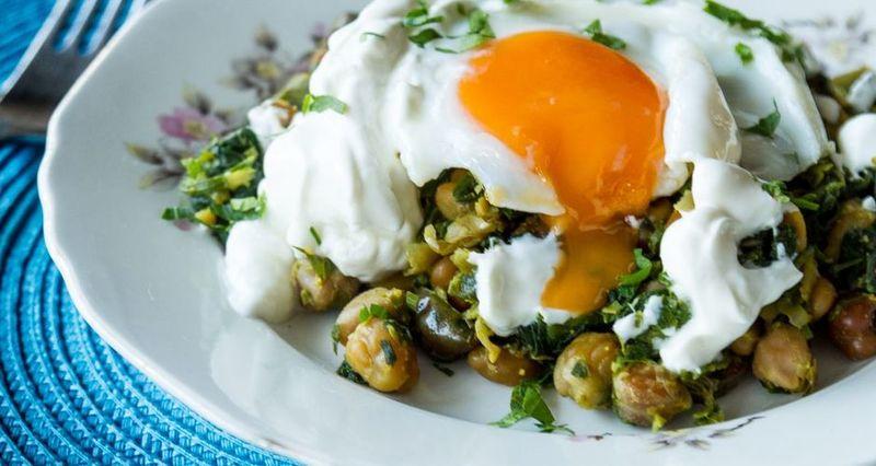 Ρεβίθια με κάρυ και τηγανητό αυγό από τον Άκη Πετρετζίκη