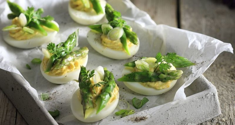 Γεμιστά αυγά με σπαράγγια από τον Άκη Πετρετζίκη