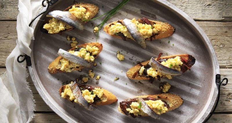 Μπρουσκέτες με αυγό και αντζούγιες από τον Άκη Πετρετζίκη