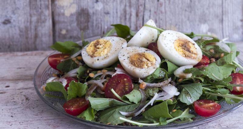 Σαλάτα με φακές και αυγά από τον Άκη Πετρετζίκη