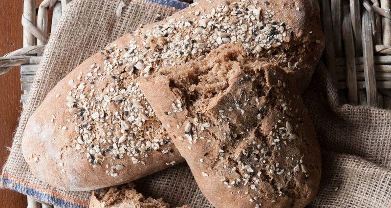 Πολύσπορο ψωμί ολικής άλεσης από τον Άκη Πετρετζίκη