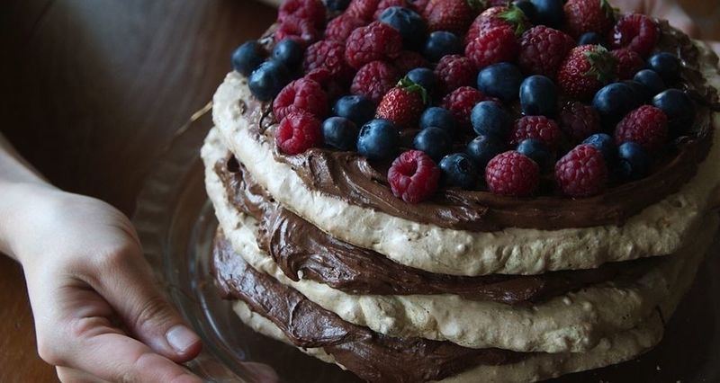 Pavlova σοκολάτας με φρούτα από τον Άκη Πετρετζίκη