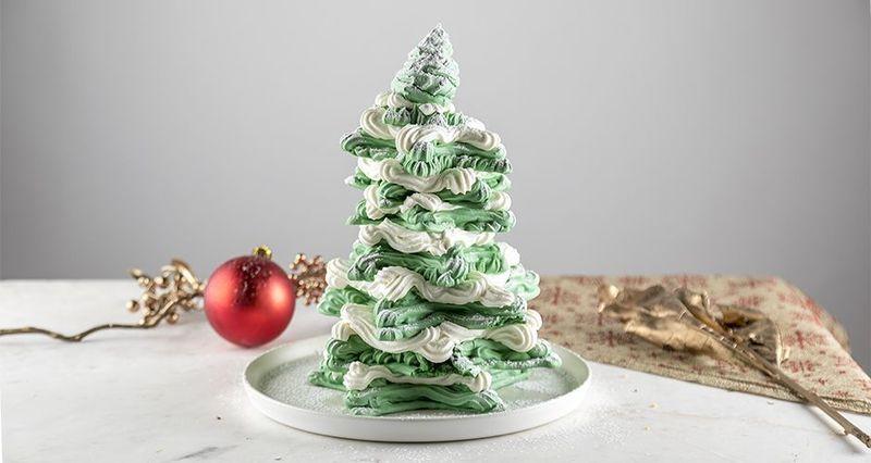Χριστουγεννιάτικο δέντρο από μαρέγκες από τον Άκη Πετρετζίκη
